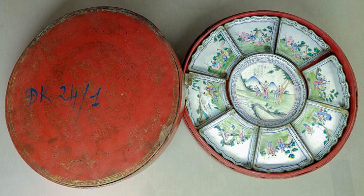 Covered box for containing jams in Hue royal banquet