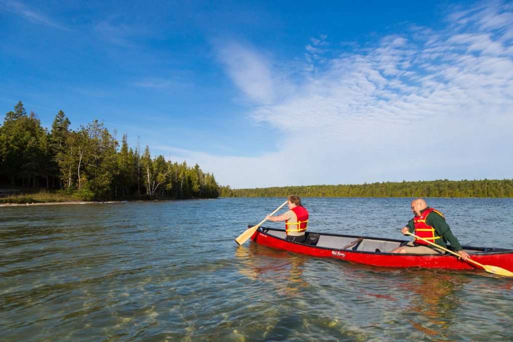 Visitors canoeing, Bruce Peninsula National Park. © Parks Canada / Robin Andrew